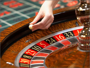 Live shot of Live Roulette at Titan Casino - Girl throwing the ball into the spinning wheel